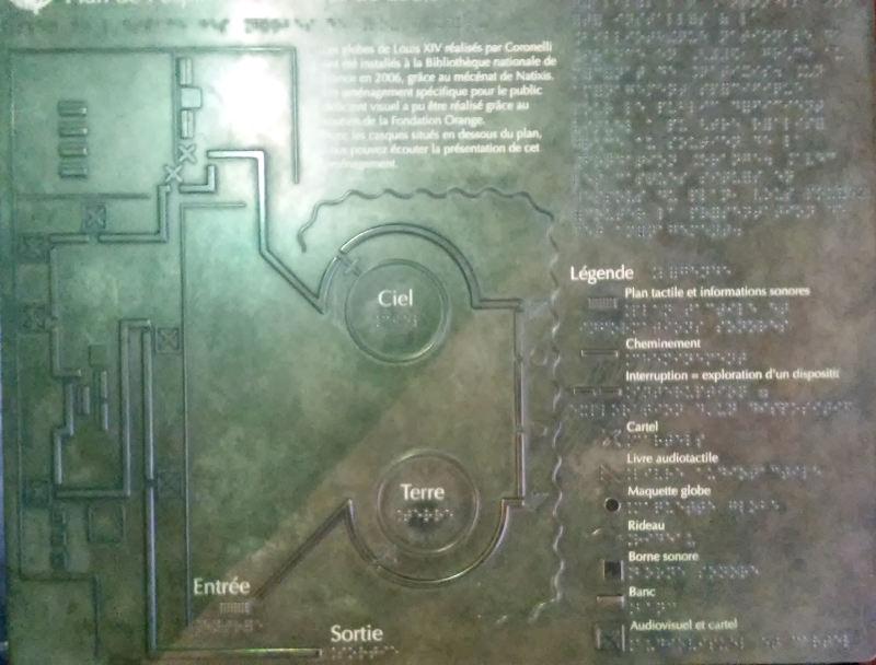 une carte tactile qui décrit la salle des globes