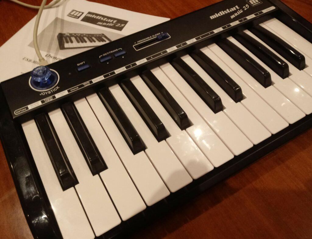 Un clavier maître de deux octaves de large
